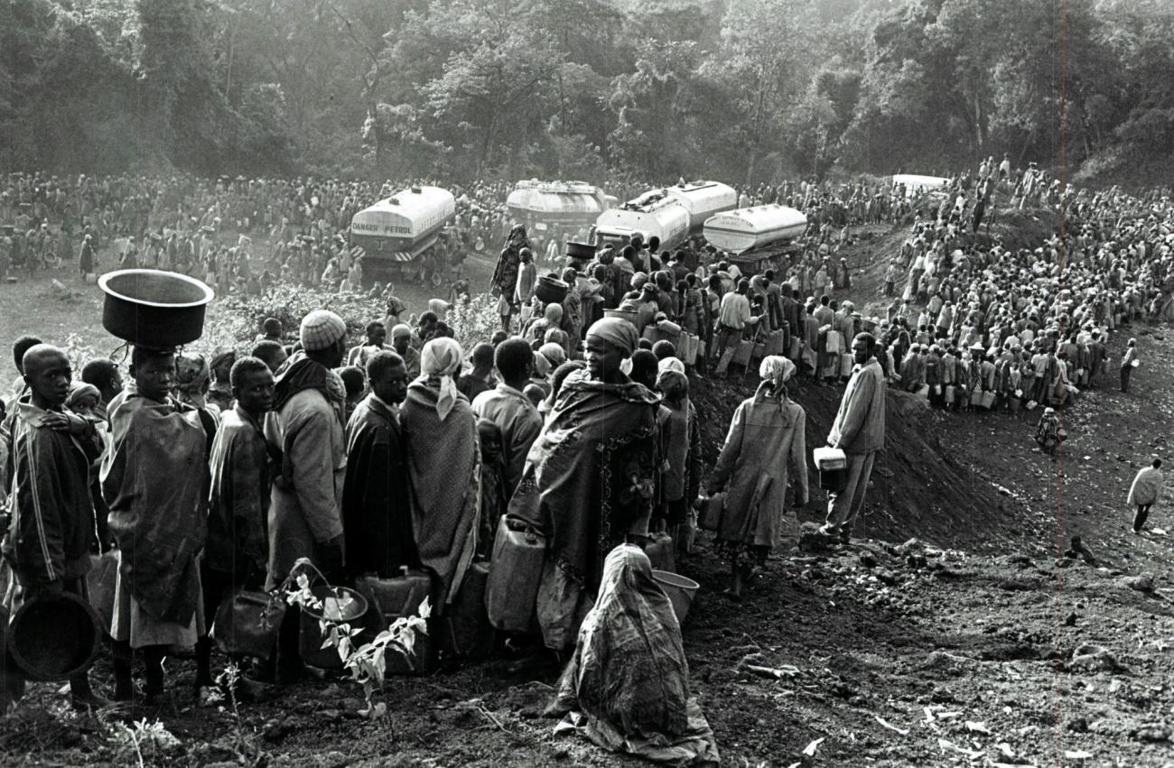 Réfugiés rwandais hutus dans les camps de Goma. 1994. Zaïre.  © Sebastiao Salgado