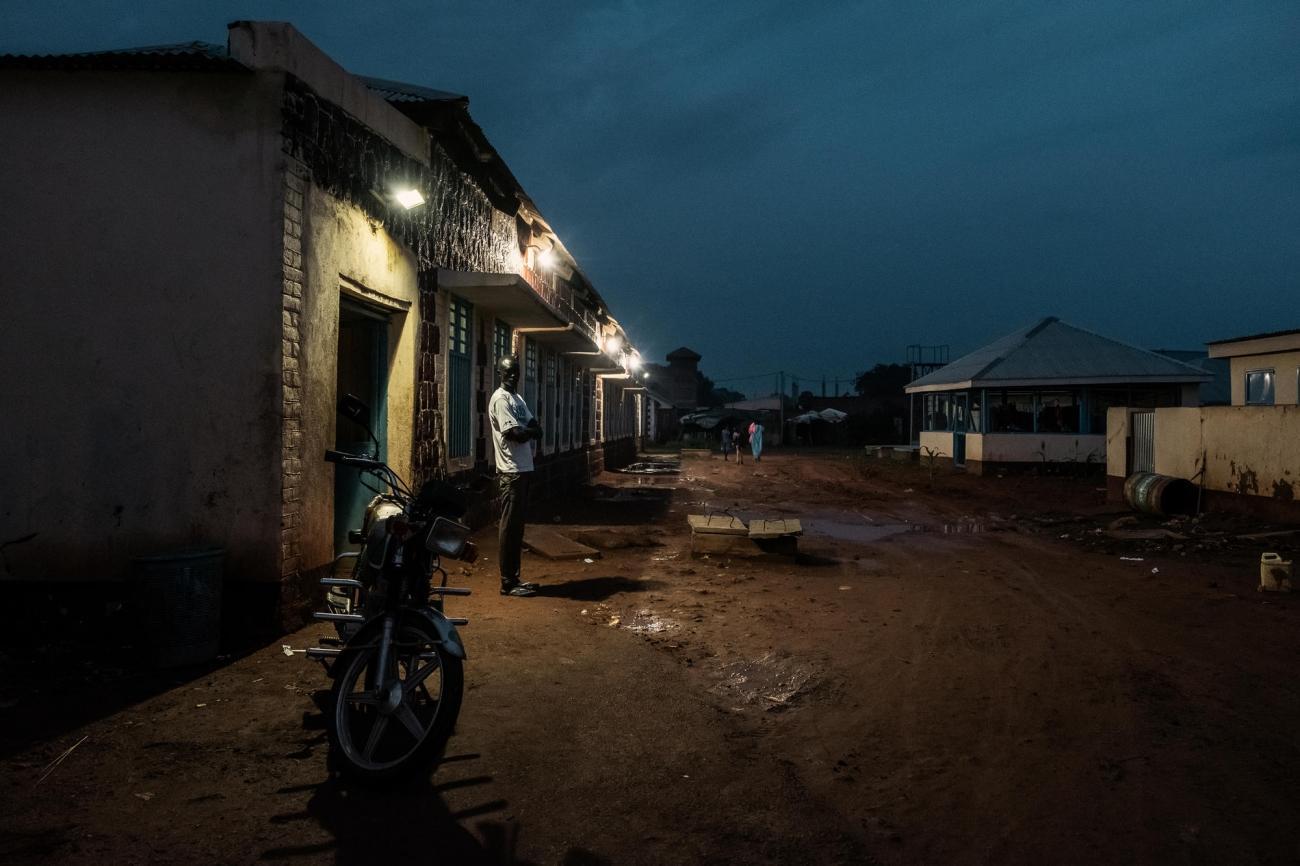 Vue de nuit d'un bâtiment du ministère de la Santé au sein de l'hôpital d'Aweil, dans lequel les équipes de Médecins Sans Frontières travaillent. 2017. Soudan du Sud.  © Peter Bauza