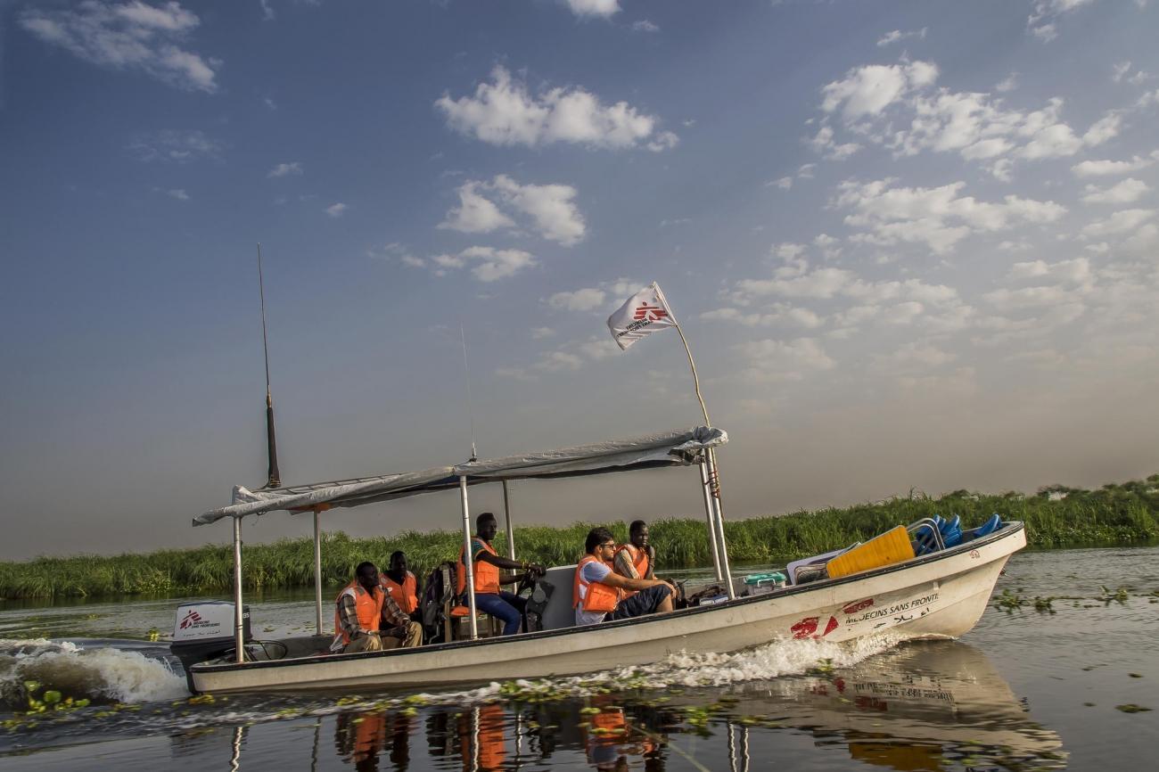 Une équipe de clinique mobile de MSF descend larivière Phow (ou Bahr El Zaraf, girafe en arabe), un affluent du Nil Blanc, dans l'État de Jonglei, à 100 km au sud de la ville de Malakal. Pas de routes pour accéder aux patients. Seulement le bateau. Le voyage durera deux heures, jusqu'au village de Diehl. 2017. Soudan du Sud.  © Frederic NOY/COSMOS