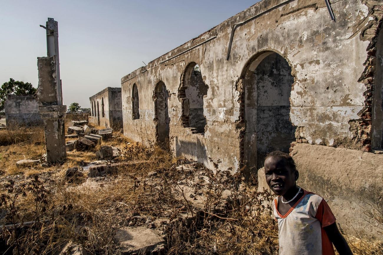 Les ruines du palais du Gouverneur à New Fangak. La ville, qui s'appelle aussi Phom El Zeraf, est située dans le nord de l'État de Jonglei, accessible en bateau depuis Malakal, la capitale de l'Etat du Haut-Nil. 2017. Soudan du Sud.  © Frederic NOY/COSMOS