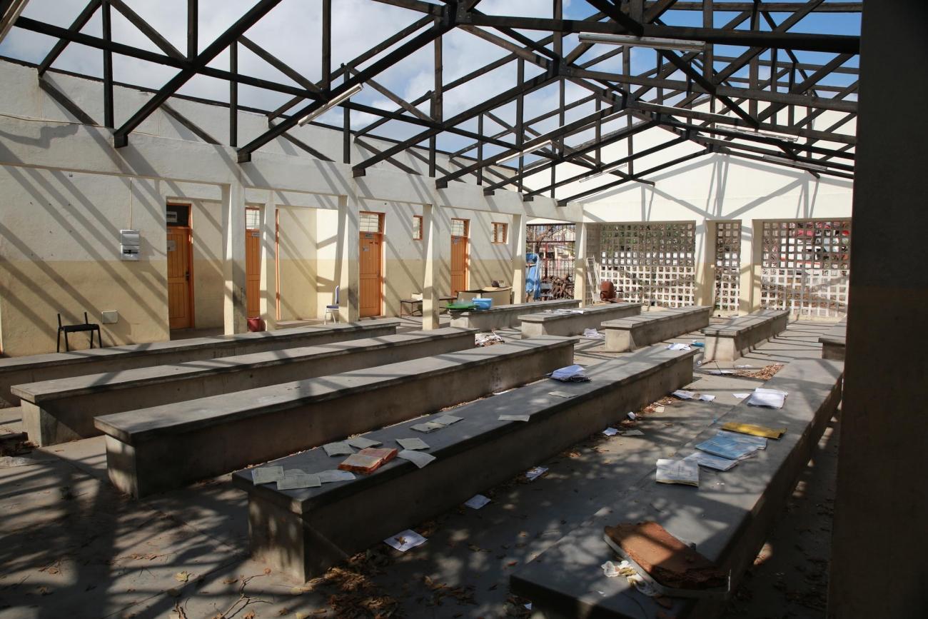 Un centre de santé en ruine dans un des quartiers de Beira. 2019. Mozambique.  © Mohammad Ghannam/MSF