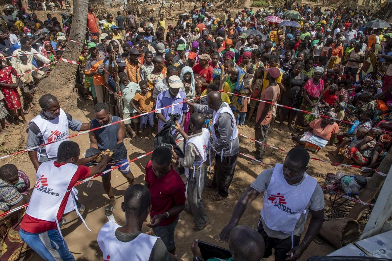 Une distribution de kits d'hygiène dans la ville de Buzi. 2019. Mozambique.  © MSF/Pablo Garrigos