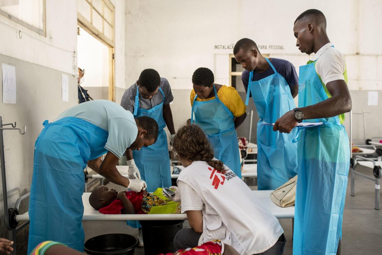 Un médecin MSF évalue l'état de santé d'un enfant affecté par le choléra dans un centre de traitement. 2019 Mozambique.  © Pablo Garrigos/MSF