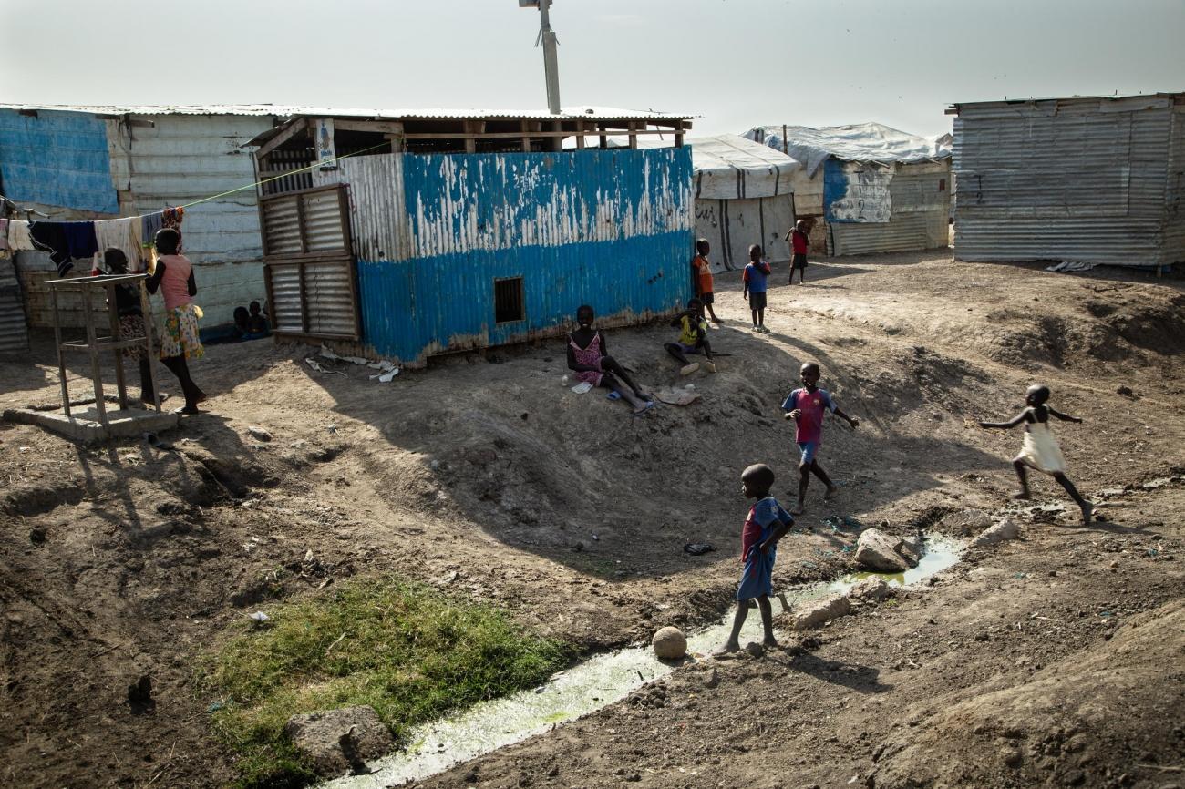 Des enfants jouent sur le site de protection des civils de la ville de Malakal. 2019. Soudan du Sud.  © Igor G. Barbero / MSF/MSF