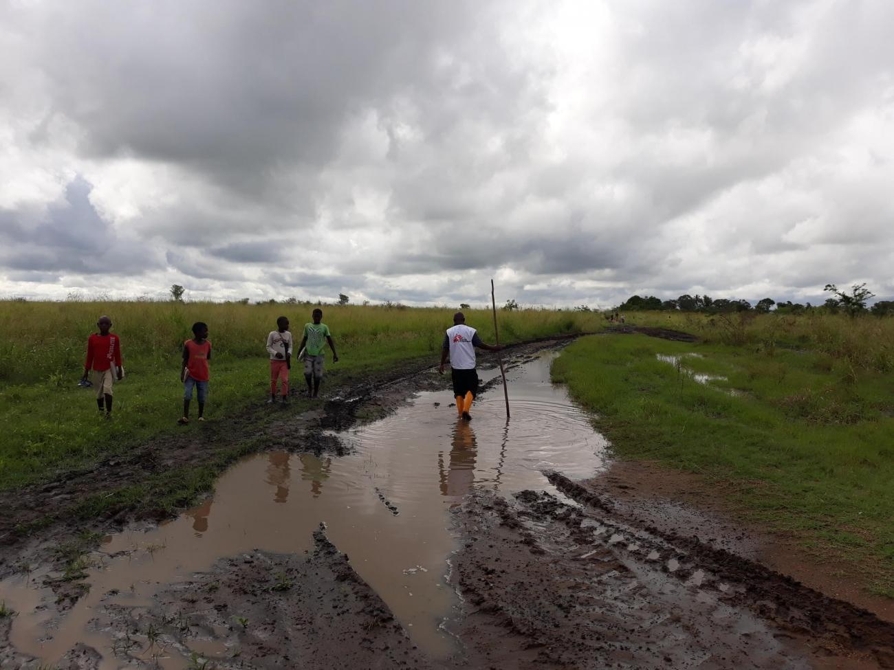 Dans le district de Nhampoca, les rivières sont sorties de leurs lits. Unmois après le passage du cyclone, les eaux n'avaientpas encore reflué. Mozambique. 2019.  © Ana Nery/MSF
