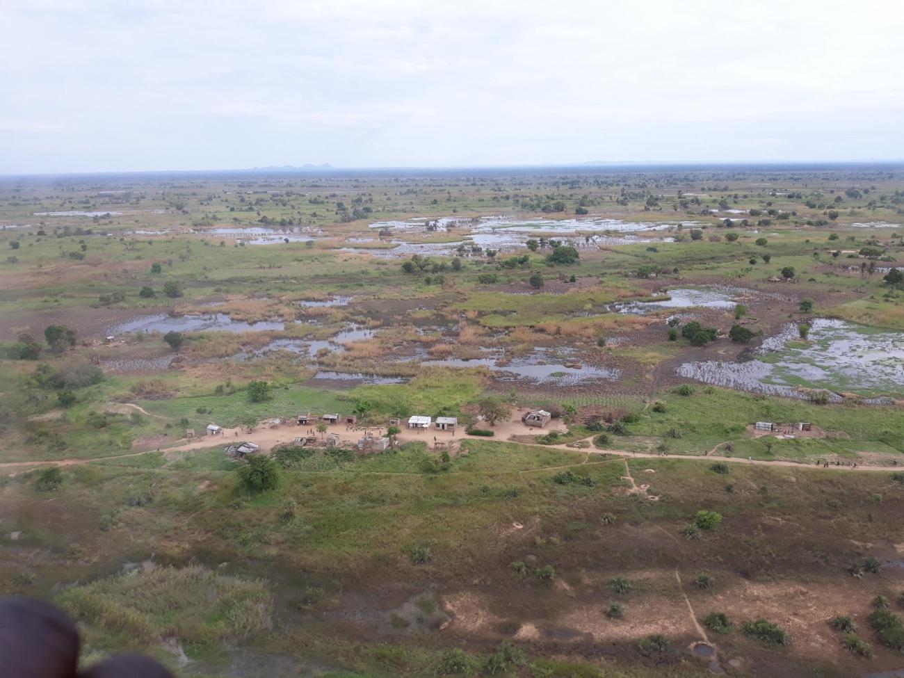 Une équipeMSF survoleNhampocaafin d'évaluer les besoins des villages encore isolés.  © Ana Nery/MSF