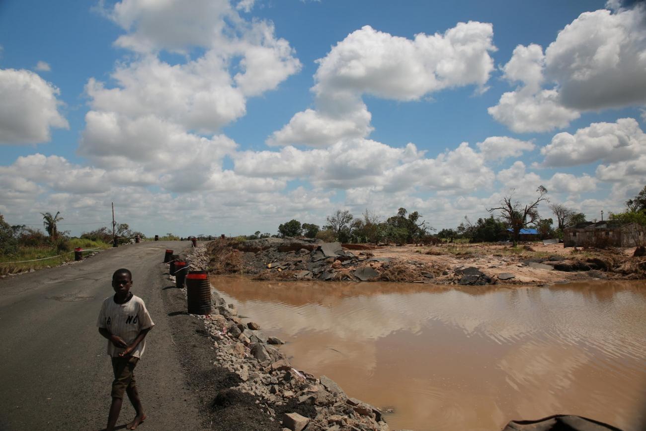 Un enfant passe sur une route détruite entre Nhamatanda etTica. Mozambique. 2019.  © Mohammad Ghannam/MSF