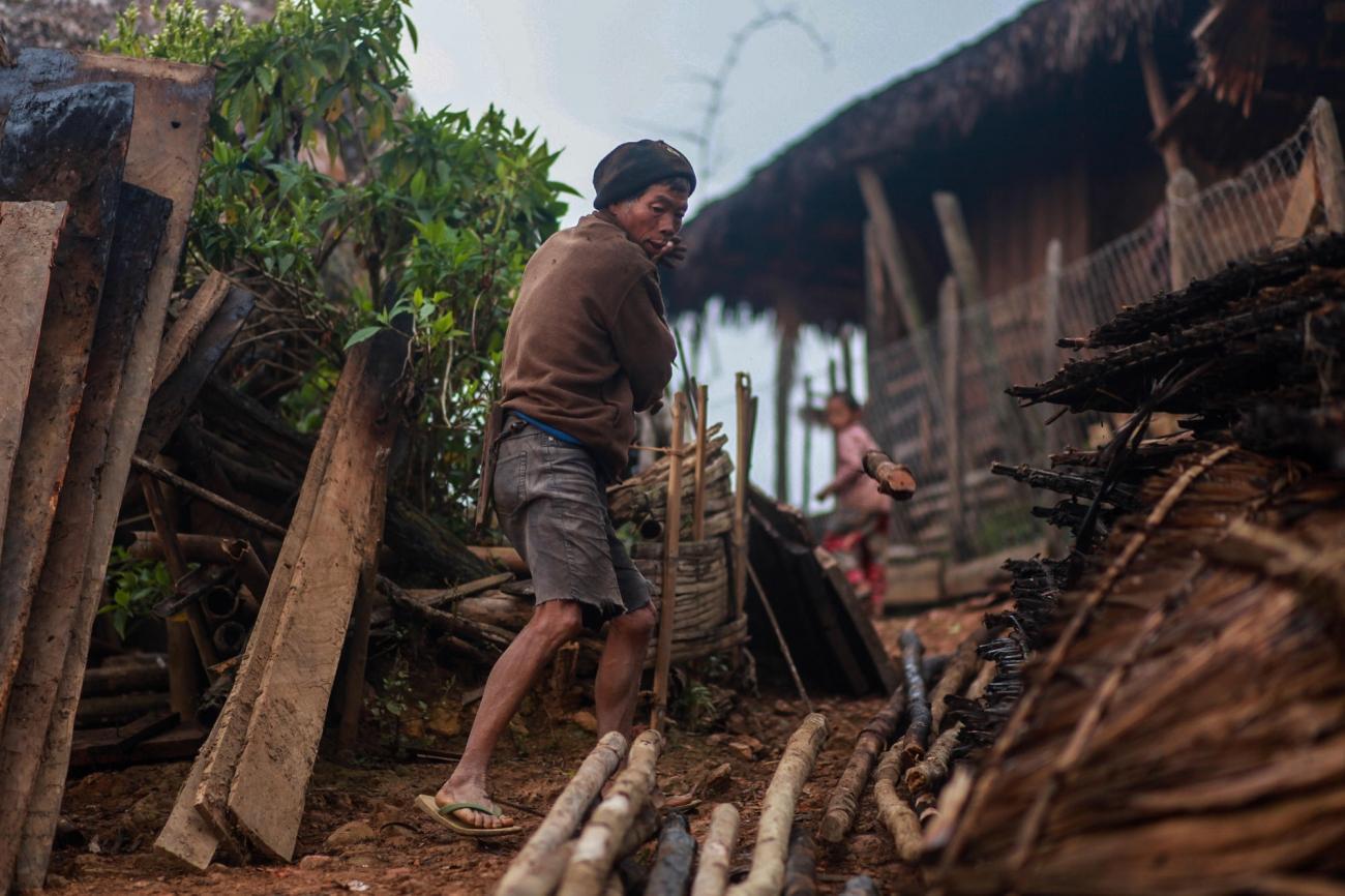 Dans le village de Hay Khun, des Nagas construisent une maison. 2019. Myanmar.  © MSF/Scott Hamilton
