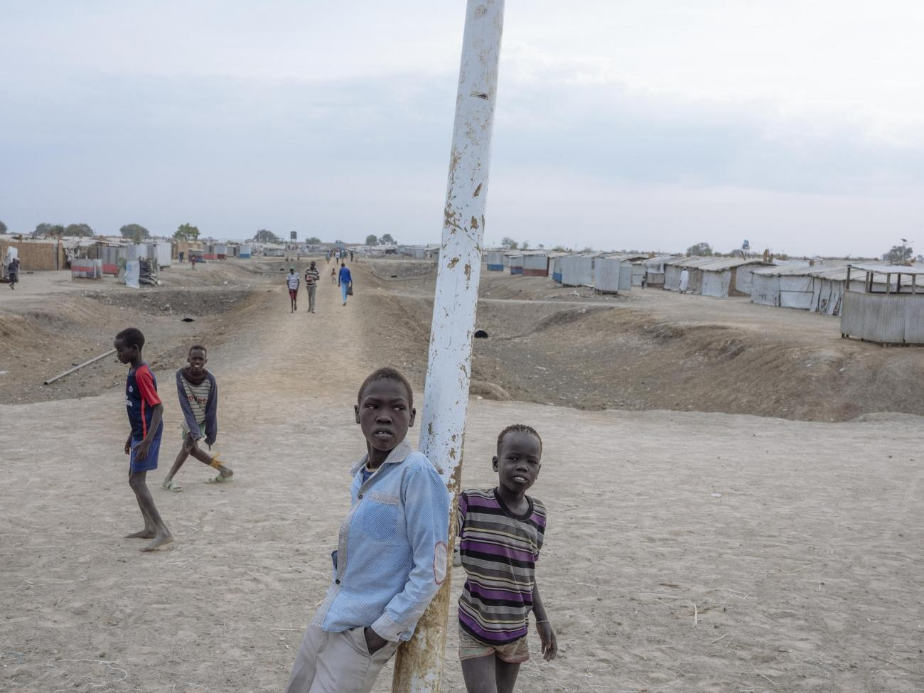 Des enfants jouent dans le site de protection des civils de Bentiu. 2018. Soudan du Sud.  © Emin Ozmen/Magnum Photos
