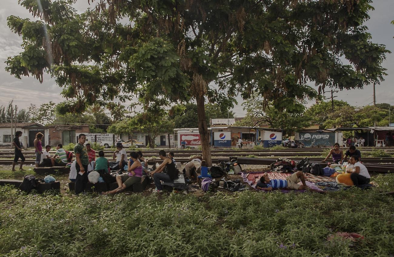 Des migrants attendent dans la ville de Nuevo Laredo, au nord du Mexique, située à proximité de la frontière avec les Etats-Unis.  © Anna Surinyach/MSF
