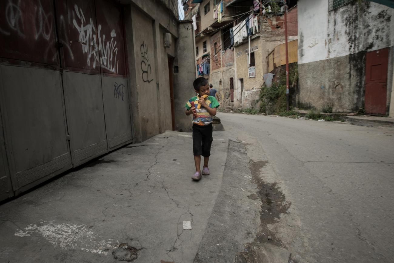 Un garçon marche dans les rues du districtPetare, dans la ville de Caracas.  © Marta Soszynska/MSF