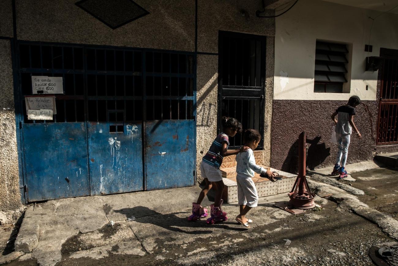 Des enfants jouent dans les rues du district de Petare, Caracas.  © Marta Soszynska/MSF