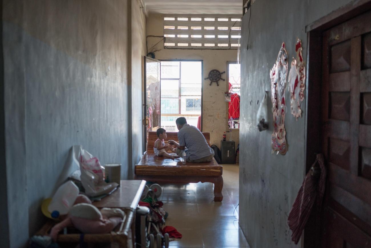 Père de trois enfants, Din Savorn, 50 ans, vit à Phnom Penh, au Cambodge. Son infection par le VHC a été diagnostiquée en 1999.  © Todd Brown