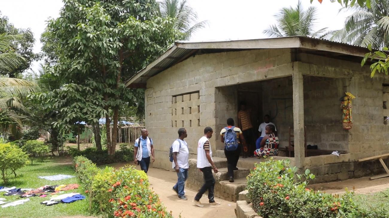 Dans le cadre du programme de santé mentale de MSF au Libéria, des agents de proximité identifient les patients qui ont besoin d'un traitement pour des troubles de santé mentale.  © MSF
