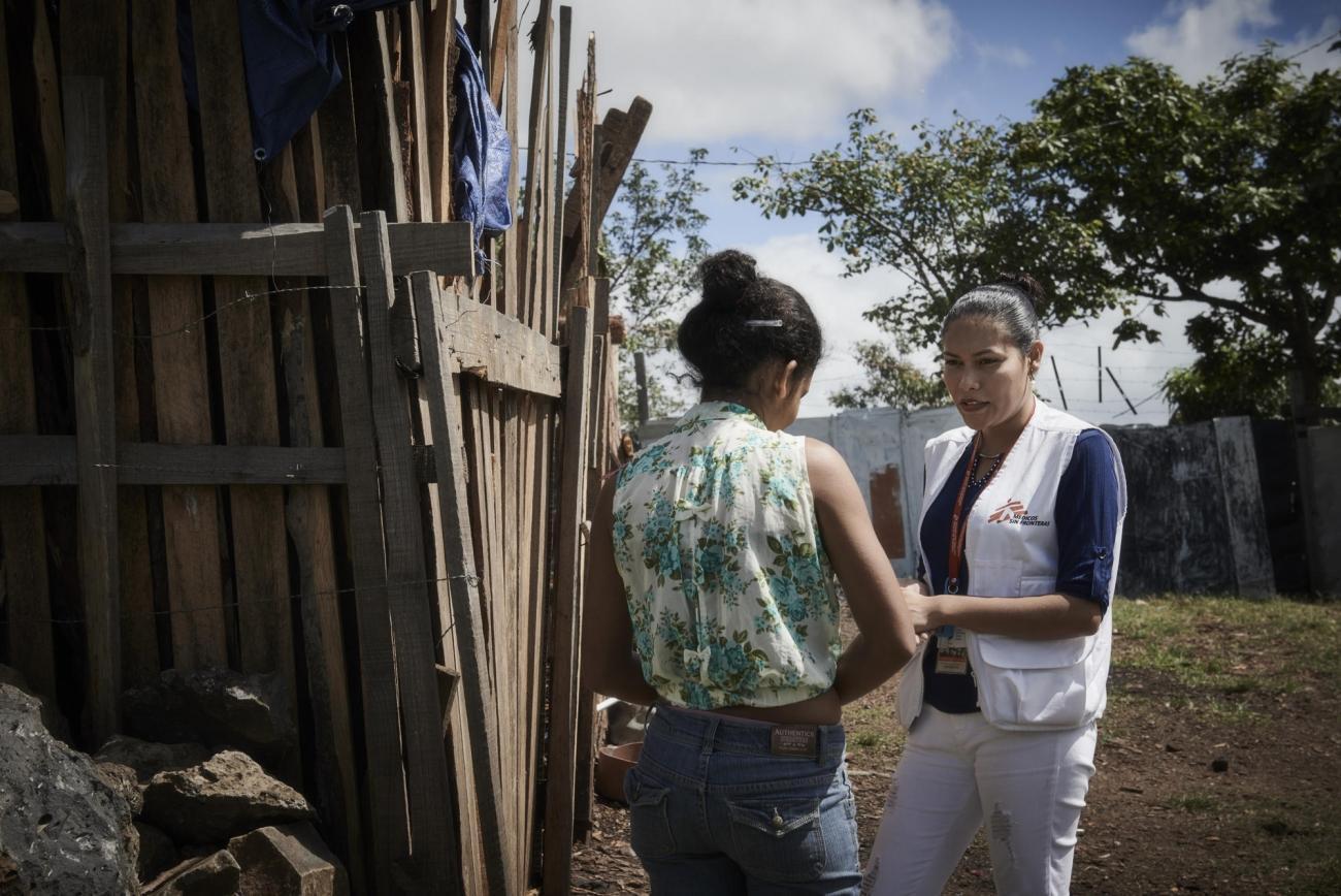 Discussion entre un staff MSF et une personne témoin de violences à Tegucigalpa.  © MSF/Christina Simons