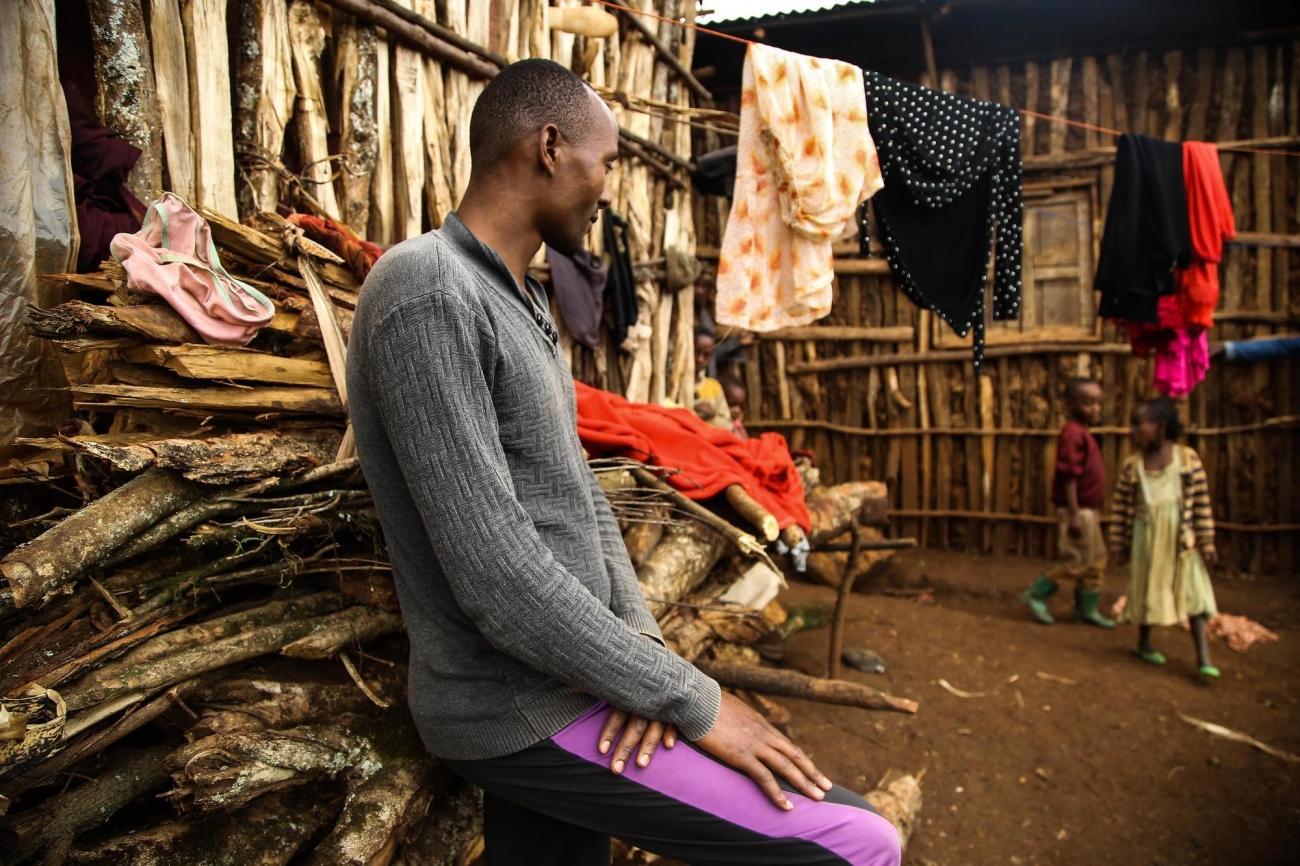 Lelongexil de Desalegn et sa famille a commencé en avril 2018, après la destruction de leur maison à Guji,lorsd'une flambée de violence ethnique dans le sud de l'Éthiopie. Après une année de déplacements presque continus, ils sont soulagés d'avoir trouvé un endroit où s'installerà Gedeo, même s'ils ont du mal à se nourrir correctement.  © Igor Barbero/MSF
