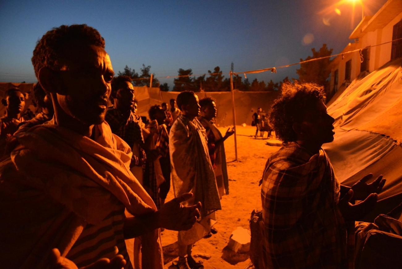Des réfugiés en train de prier devant l'église érythréenne du centre de détention de Zintan, Libye, juin 2019.  © Jérôme Tubiana/MSF