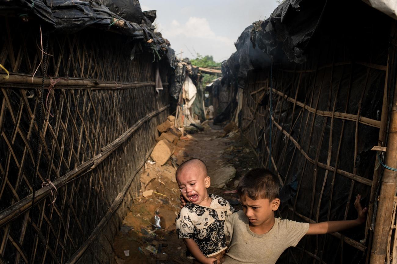 Des enfants jouent dans le camp deKutupalong, dans le district deCox's Bazar, au Bangladesh.  © Robin Hammond/NOOR