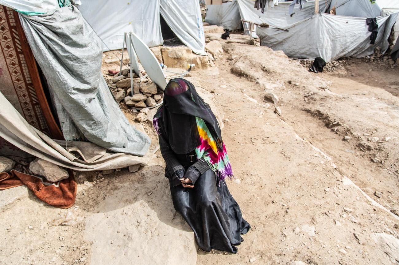 Portrait de Fatima, devant sa tente dansle camp de Dahadh, avril 2019.  © Agnes Varraine-Leca/MSF