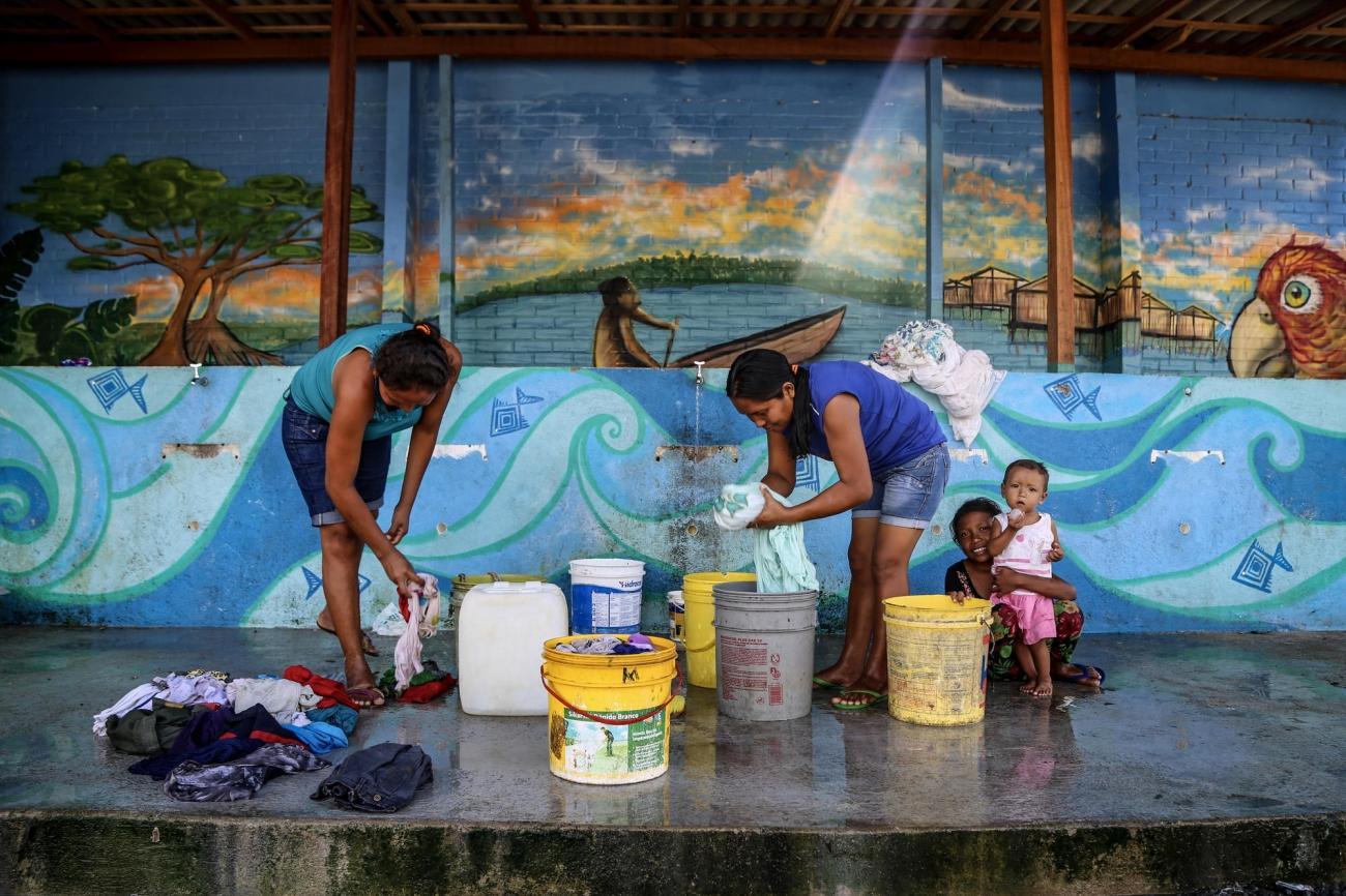 Des femmes lavent leur linge dans le centre de Pintolandia, Boa Vista.  © Victoria Servilhano/MSF