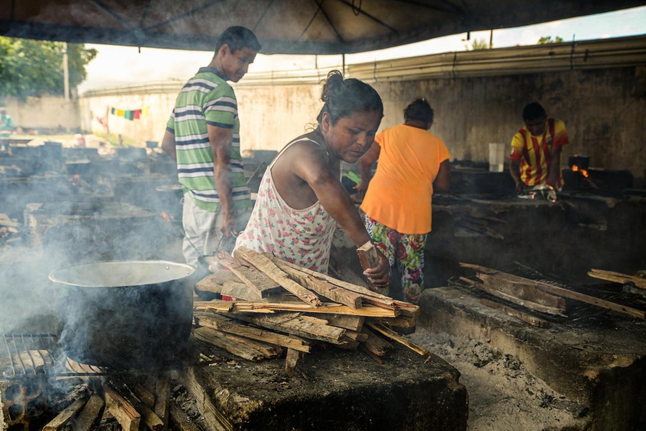 Des résidents du centre de Pintolandia, àBoa Vista, cuisinent dans un espace collectif.  © Victoria Servilhano/MSF