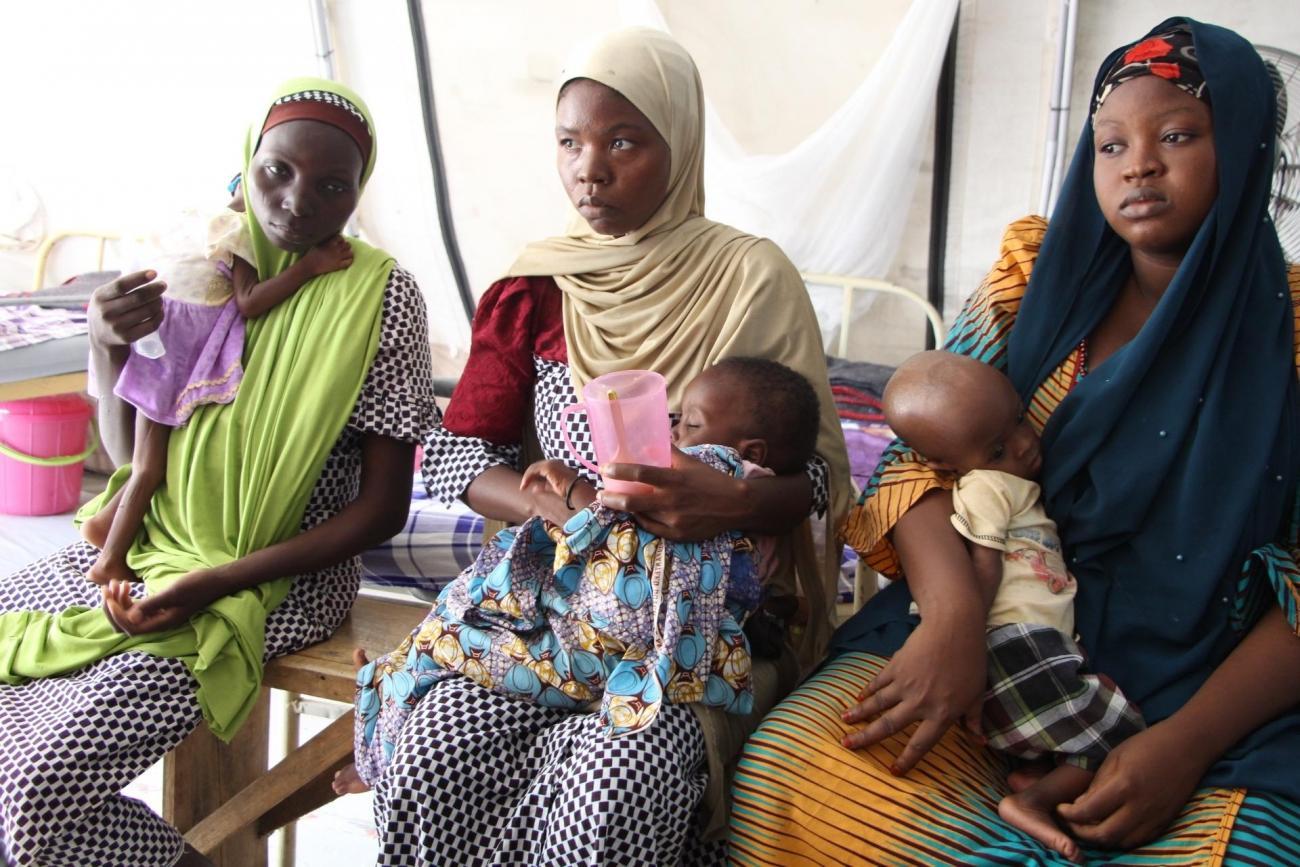 Des femmes et leurs enfants dans le centre nutritionnel thérapeutique MSF de Maiduguri. 2019. Nigeria.  © Yuna Cho/MSF