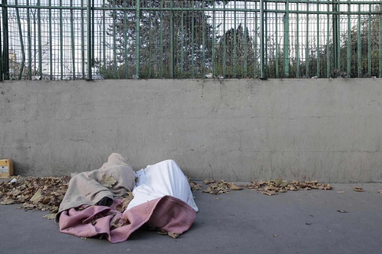Des réfugiés dorment sur un trottoir à la Porte de la Chapelle.  © Antoine Kremer/MSF