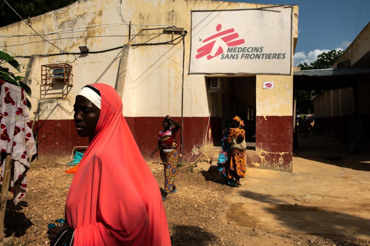 Entrée de l'hôpital d'Anka dans lequel MSF gère une section pédiatrique de 135 lits. Nigeria. 2019.  © Benedicte Kurzen/NOOR