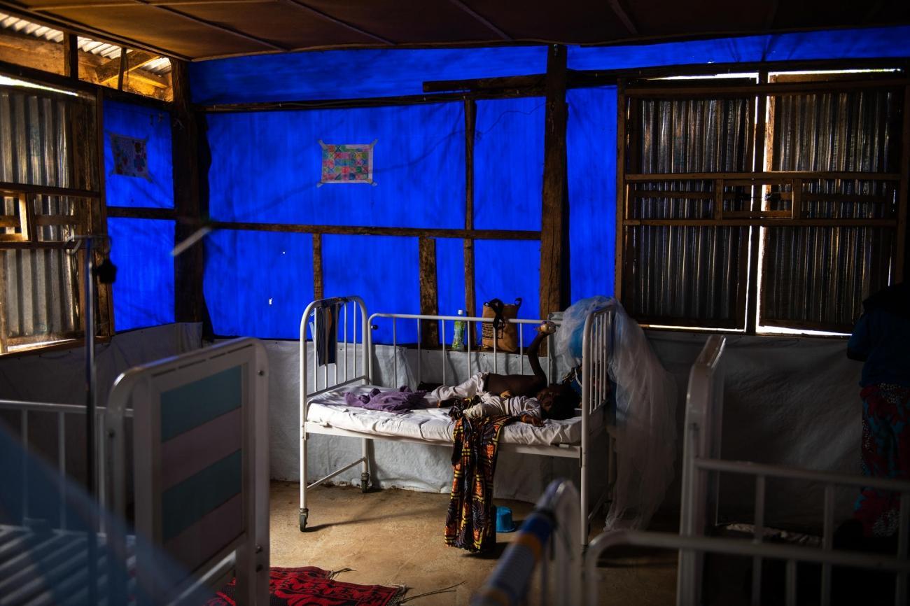 Un enfant se repose dans le service pédiatrique de l'hôpital général d'Anka, géré par MSF. Nigeria. 2019.  © Benedicte Kurzen/NOOR