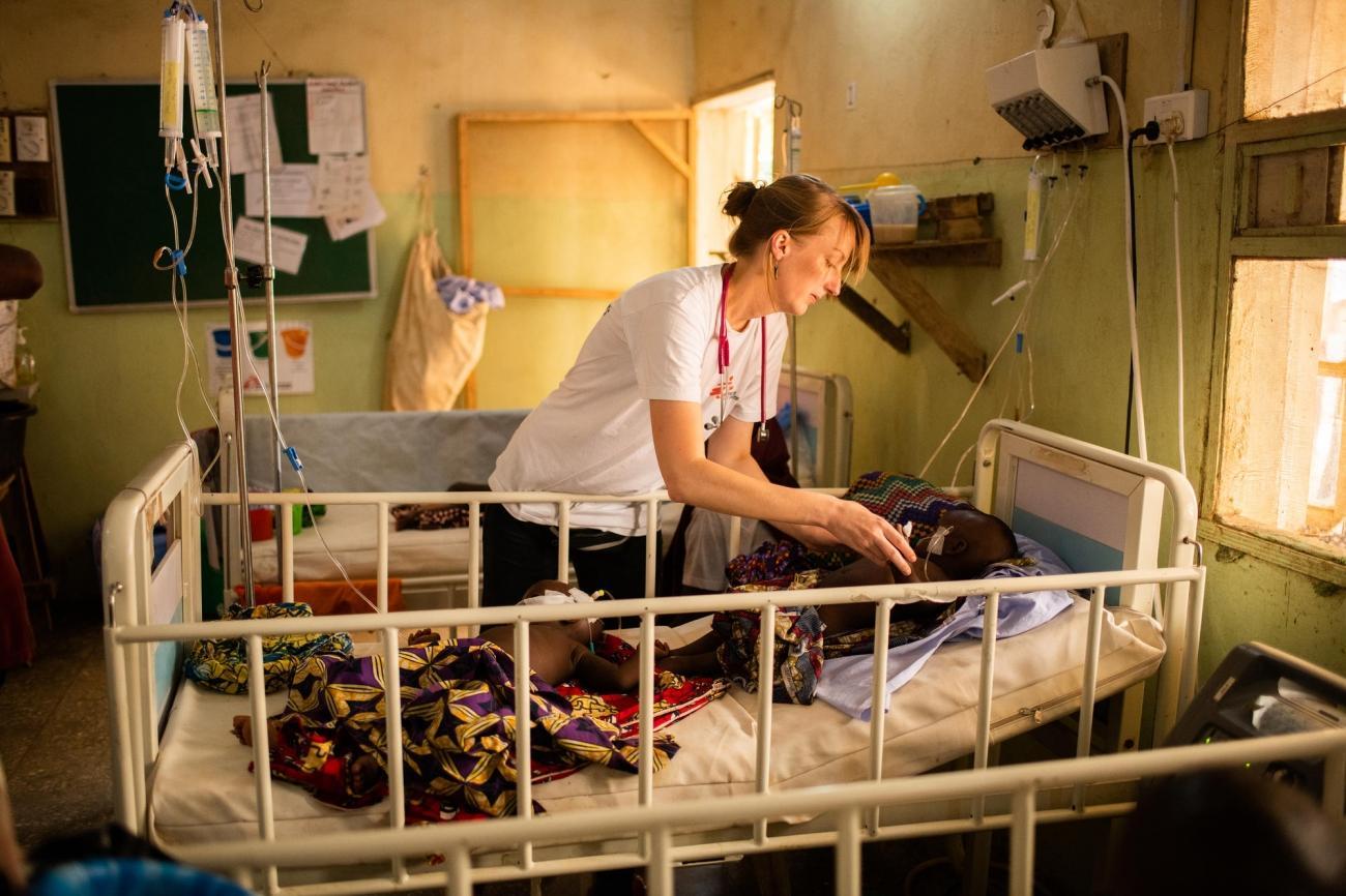 Le Dr.Valerie Weiss en consultation avec un enfant atteint de méningite dans service pédiatrique de l'hôpital général d'Anka. Nigeria. 2019.  © Benedicte Kurzen/NOOR