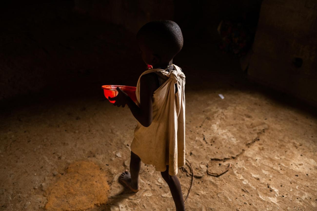 Cette fillette vit avec sa famille dans un immeuble abandonné d'Anka. Ils ont fui leur village après une attaque. Nigeria. 2019.  © Benedicte Kurzen/NOOR