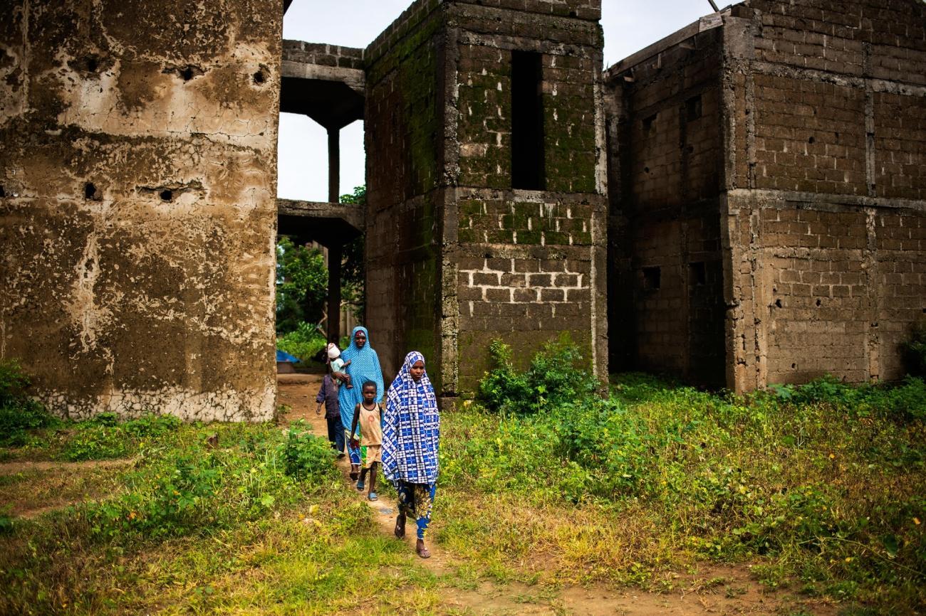 Amina, 30 ans et une partie de sa famille. Nigeria. 2019.  © Benedicte Kurzen/NOOR