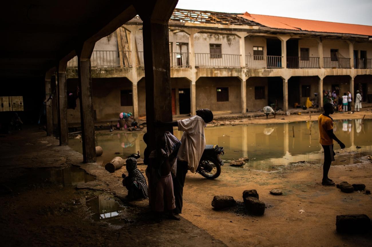 Près de 7 000 personnes ont trouvé refuge à Ankadans des immeubles abandonnés comme celui-ci. Nigeria. 2019.  © Benedicte Kurzen/NOOR