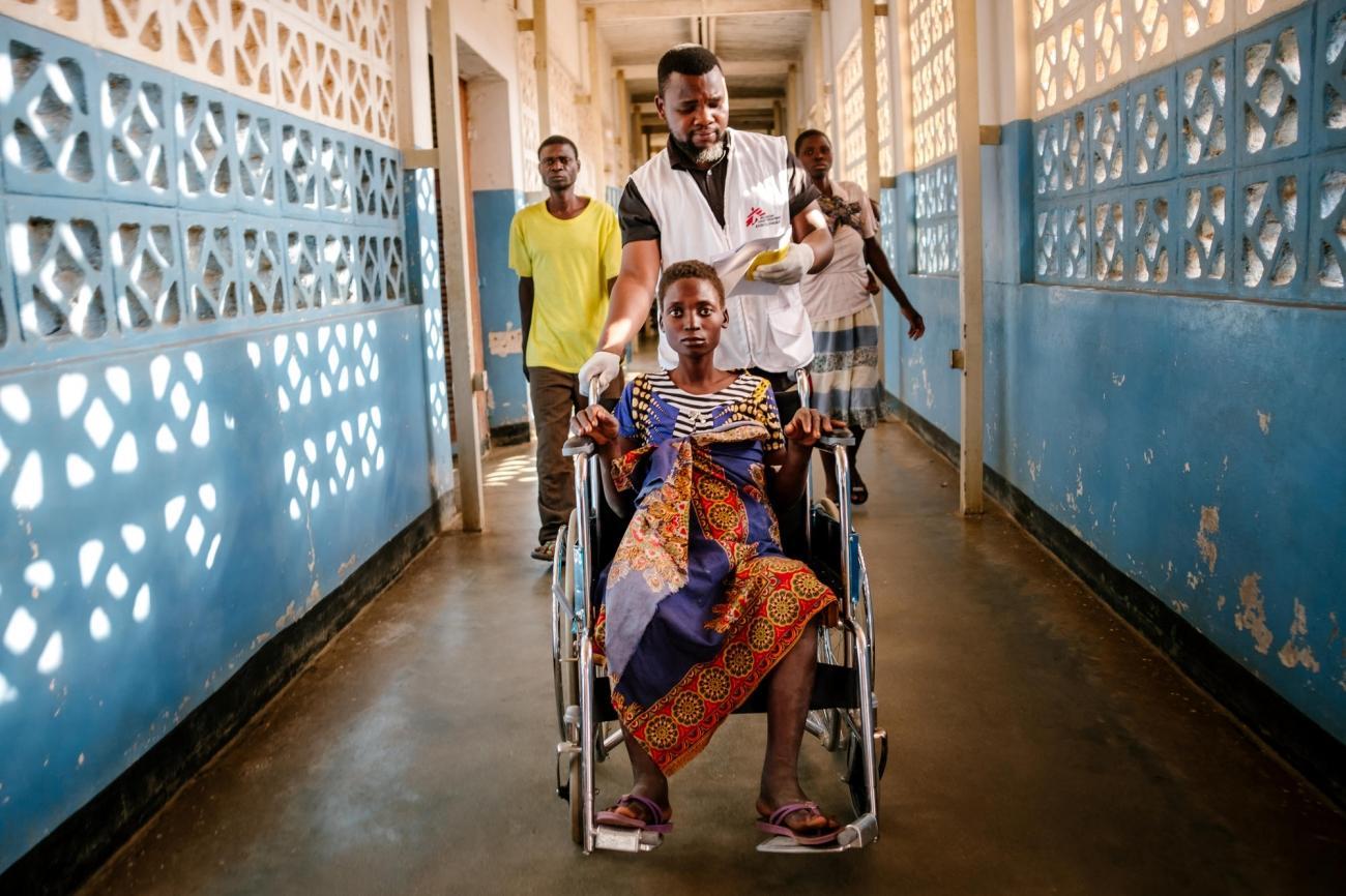 À 20 ans, Lita est séropositive et a été contrainte de suspendre son traitement pendant 2 mois. De retour à l'hôpital du district de Nsanje, elle souffre de fièvre, de distension abdominale et de gonflements au niveau des jambes.  © Isabel Corthier/MSF