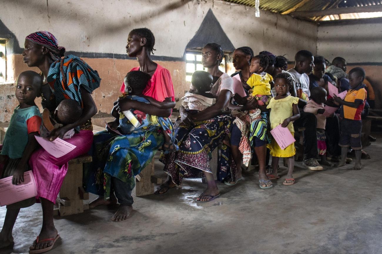 Des parents et leurs enfants attendent la vaccination dans l'aire de santé d'Etebe, dans la province de Mai-Ndombe.  © Franck Ngonga/MSF