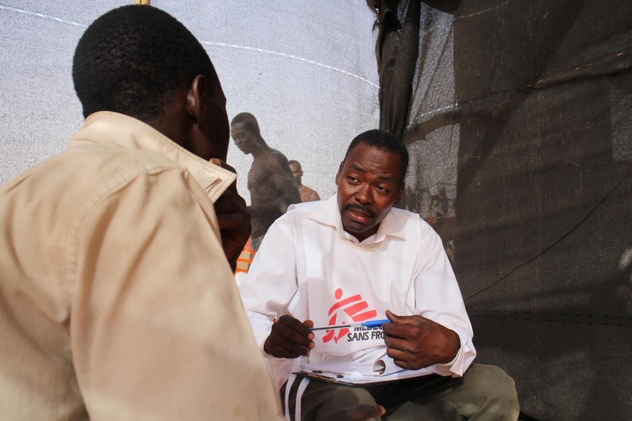 Lors d'une séance d'orientations et de conseils envers une personne migrante, à Assamaka.  © Pape Cire Kane/MSF