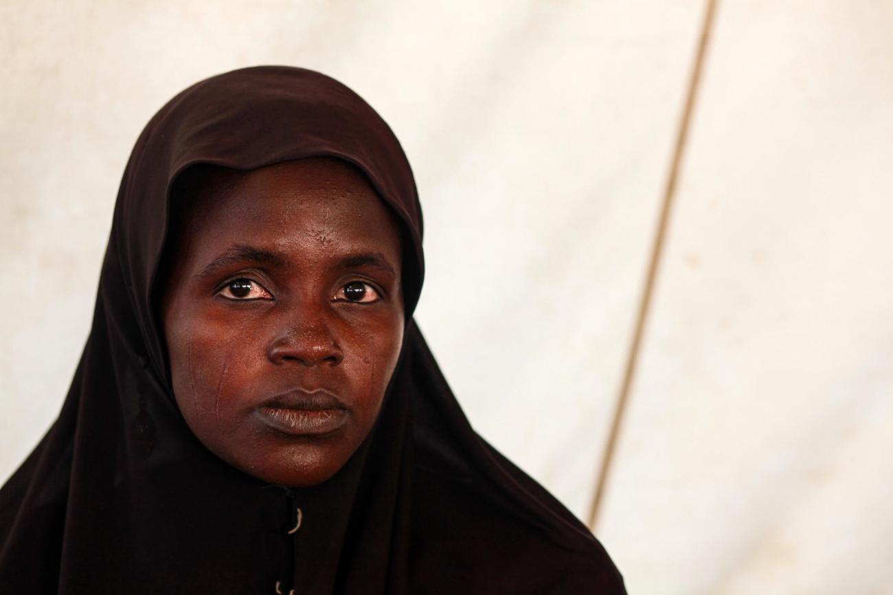 Cheffe de file des femmes, Famata vit dans le camp de déplacés de Bama. Elle est la première porte d'entrée pour les femmes qui ont subi des mauvais traitements ou sont tombées malades dans le camp.  © Scott Hamilton/MSF