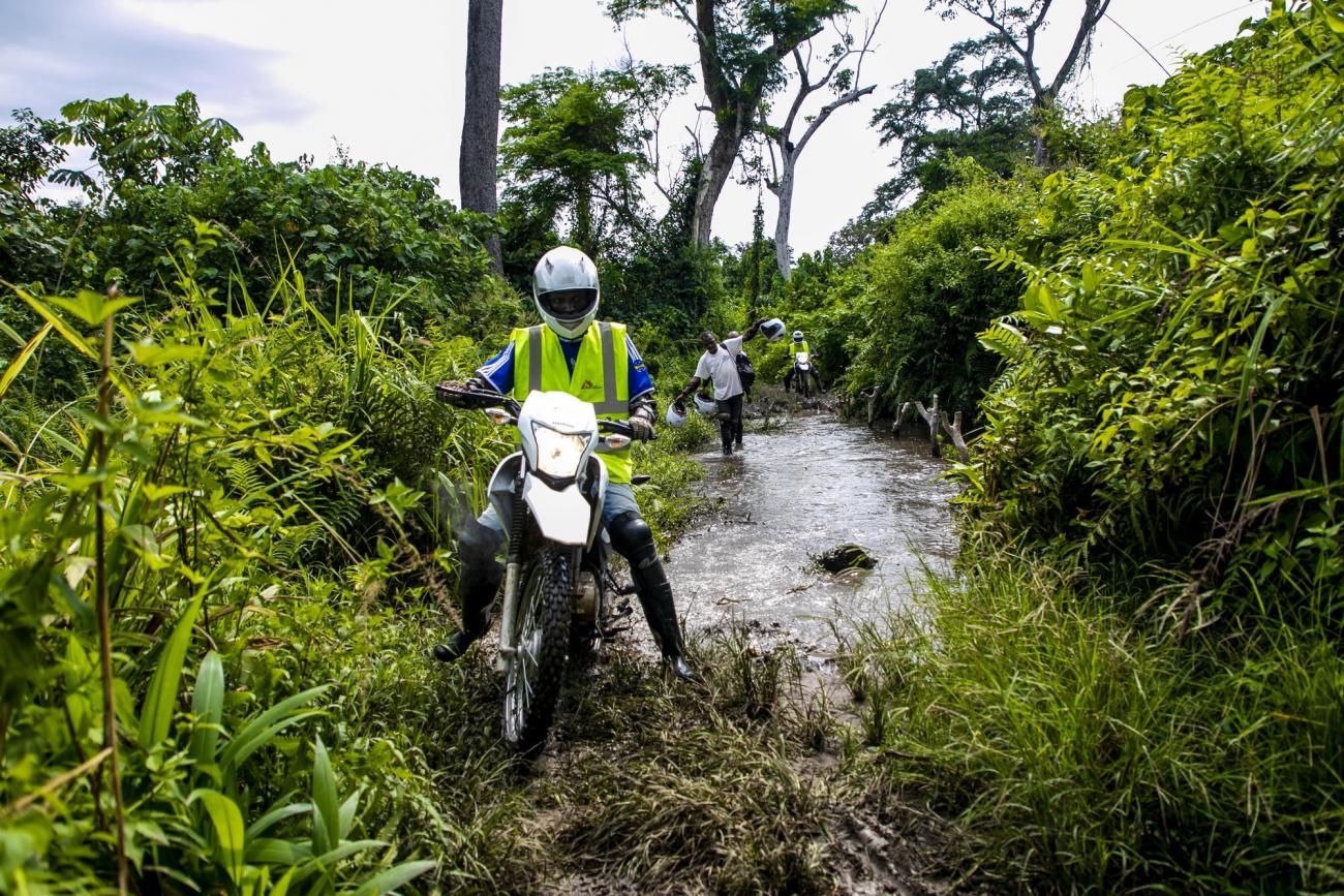Province du Kasaï, République démocratique du Congo. Une équipe MSF de sensibilisation tente, au milieu de la brousse, d'atteindre le dernier centre de santé de la zone de Lungonzo afin d'apporter des vaccins et être en mesure de prévenir la population de cas de rougeole.  © Pablo Garrigos/MSF