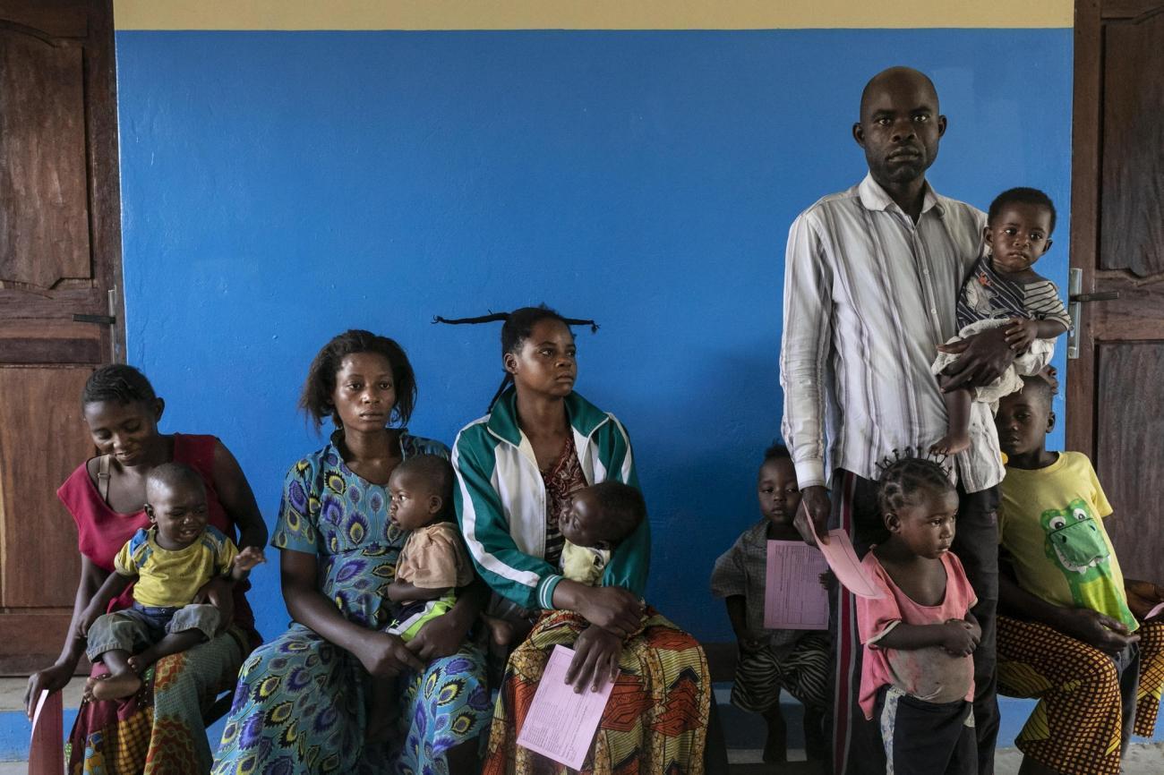 Centre de santé de Lunyeka, province du Kasaï, République démocratique du Congo. Portrait de patients qui attendent de se faire vacciner au premier jour de la campagne MSF de vaccination contre la rougeole.  © Pablo Garrigos/MSF