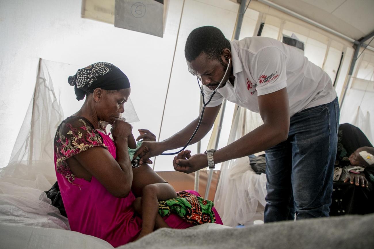 Centre de traitement de la rougeole de Mayi-Munene, province du Kasaï, République démocratique du Congo. Le Dr. Robert vérifie le rythme cardiaque d'un des enfants hospitalisés. Le personnel MSF vérifie plusieurs fois par jour l'état des enfants hospitalisés dans le centre construit pour faire face à l'épidémie de rougeole qui frappe le pays.  © Pablo Garrigos/MSF