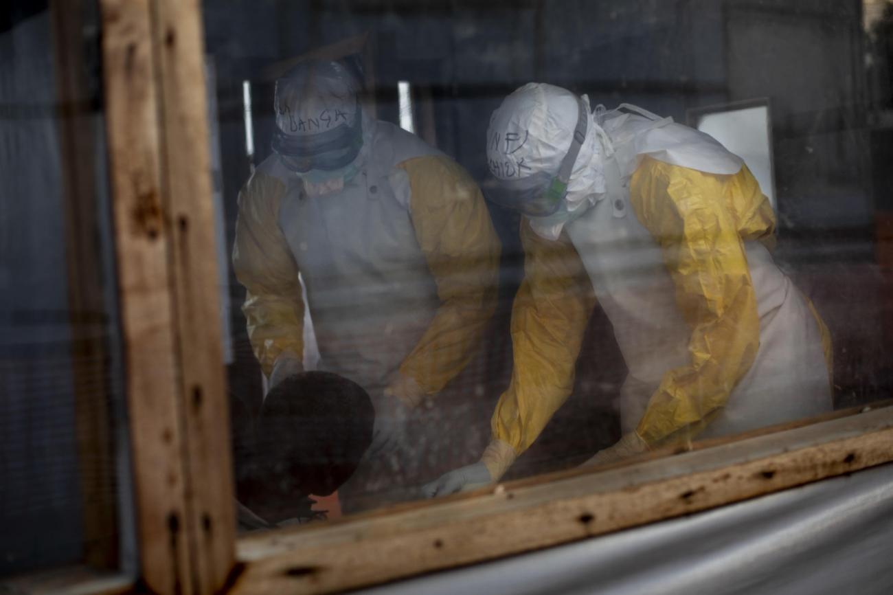 Centre de transit Ebola de Bunia, province d'Ituri, République démocratique du Congo. Le personnel médical, vêtu de combinaisons protectrices intégrales, vérifie l'état des cas suspectés d'avoir contracté le virus Ebola.  © Pablo Garrigos/MSF
