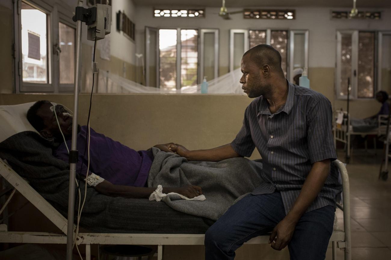 Centre hospitalier de Kabinda à Kinshasa, République démocratique du Congo. Portrait de John et Jean (prénoms modifiés). Jean a été diagnostiqué séropositif en 2010 et a été hospitalisé pour la première fois en juin 2019.  © Pablo Garrigos/MSF