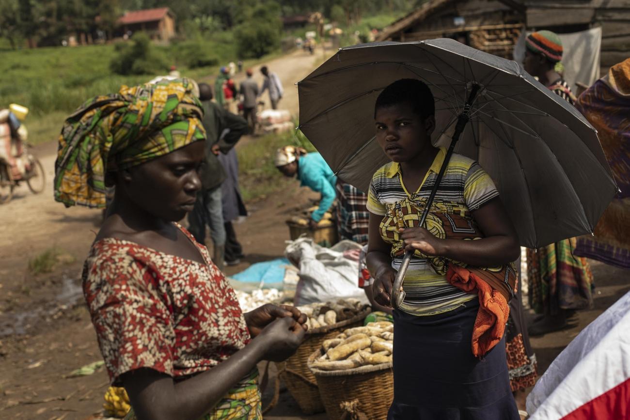 Province du Nord-Kivu, République démocratique du Congo.Les villageois de Louashi vont au marché local pour acheter de la nourriture. Dans un contexte de forte violence et d'insécurité, l'accès aux champs est devenu très dangereux, notamment pour les femmes. Le nombre de victimes de violences sexuelles prises en charge dans les structures de santé soutenues par MSF a doublé par rapport à 2018.  © Pablo Garrigos/MSF