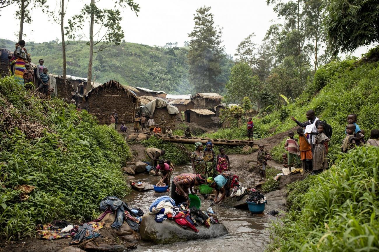 Camp de personnes déplacées de Bukombo, territoire de Masisi, province du Nord-Kivu, République démocratique du Congo. Les femmes nettoient leurs vêtements dans la rivière, augmentant ainsi la possibilité de contracter le choléra et d'autres maladies.  © Pablo Garrigos/MSF