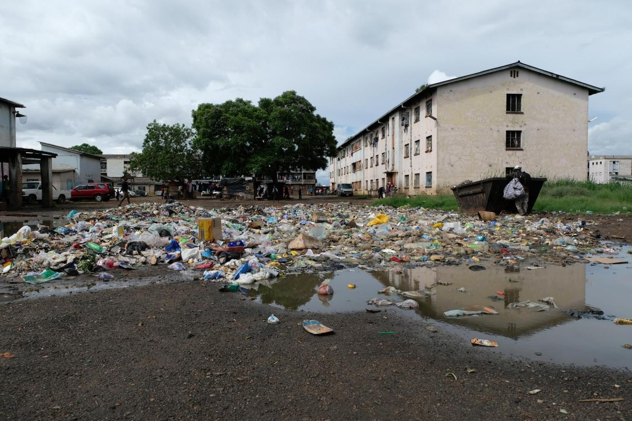 La gestion des déchets reste complexe dans les zones densément peuplées, telles que Mbare. Or les déchets ménagers peuvent contaminer les eaux souterraines peu profondes et causer des épidémies de maladies diarrhéiques.  © Samuel Sieber/MSF