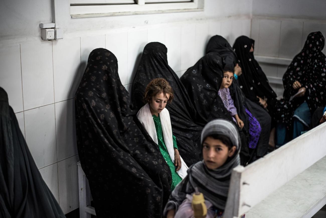 Des femmes sont assises dans la salle d'attente des urgencesde l'hôpital Boost, Lashkar Gah, Helmand, Afghanistan.  © Kadir Van Lohuizen/Noor