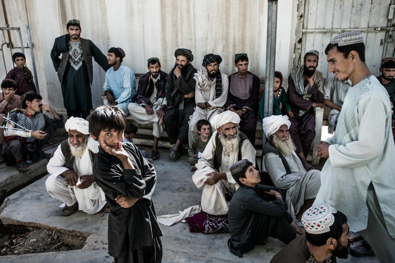 Des hommes attendent devant le service d'hospitalisation de l'hôpital Boost de la ville deLashkar Gah, Helmand, Afghanistan.  © Kadir Van Lohuizen/Noor