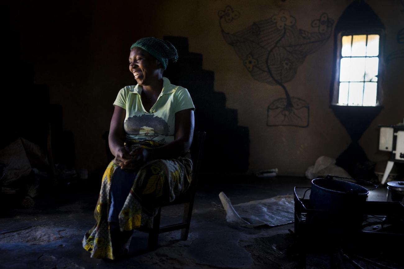 Beauty, 36 ans, est suivie à l'hôpital d'Harare, au Zimbabwe, pour son cancer du col de l'utérus. Témoignage recueilli en mars 2017.  « Quand j'ai rencontré Charles il y a six ans, je lui ai dit que je vivais avec le VIH et que j'avais trois enfants, mais il voulait quand même m'épouser ! Nous voulions désespérément avoir un enfant ensemble. Il y a sept ans, j'ai perdu ma sœur aînée d'un cancer du col de l'utérus et je craignais que cela ne m'arrive également. En septembre 2015, j'ai eu mal à l'abdomen. J'ai entendu un ami parler du dépistage à l'hôpital rural de Gutu, alors j'y suis allée. Les résultats des tests ont montré que j'avais des lésions qui ne pouvaient pas être traitées à la clinique locale. MSF m'a emmené à l'hôpital de Newlands à Harare. Là-bas, on m'a informé que ma situation était grave et on m'a conseillé de retirer l'utérus. Mais moins d'un mois après, j'ai découvert que j'étais enceinte. Nous voulions tous les deux un enfant, mais mon mari était déchiré parce qu'il ne voulait pas me perdre. Tout au long de ma grossesse, j'ai subi des examens réguliers et le médecin a programmé une césarienne pour éviter tout risque. Notre bébé a maintenant deux semaines et nous sommes tous les deux si heureux. On m'a conseillé de passer un autre test pour le cancer du col de l'utérus six semaines après mon accouchement. Maintenant que nous avons réussi à avoir un enfant, ça ne me dérange pas qu'on fasse une hystérectomie. »  © Melanie Wenger/COSMOS