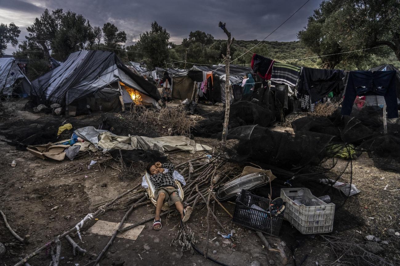 Nuit blanche pour les réfugiés à Olive Grove, à côté du camp de Moria, après des pluies torrentielles. Lesbos, Grèce, octobre 2018.  © Anna Pantelia/MSF