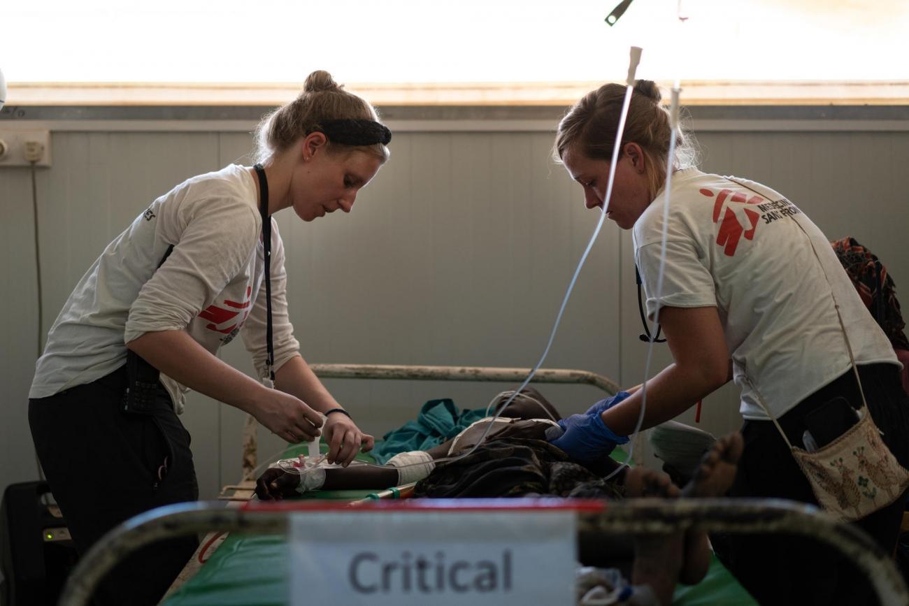 Suzanne Doeland et Mariel Selter évaluent l'état de Nyaduoth, 10 ans, arrivée aux urgences de l'hôpital MSF situé dans le site de protection des civils de Bentiu. Nyaduoth a subi plusieurs blessures au couteau et a été transféré à Bentiu pour être opéré.  © Gabriele François Casini/MSF